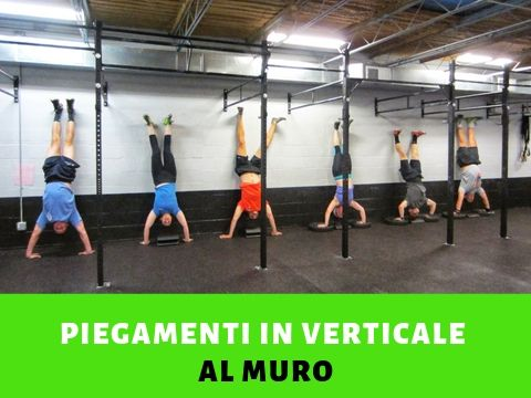 Handstand push up o piegamenti in verticale al muro